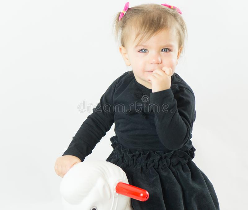 Le görsel de jouet d'équitation d'enfant de petite fille images stock