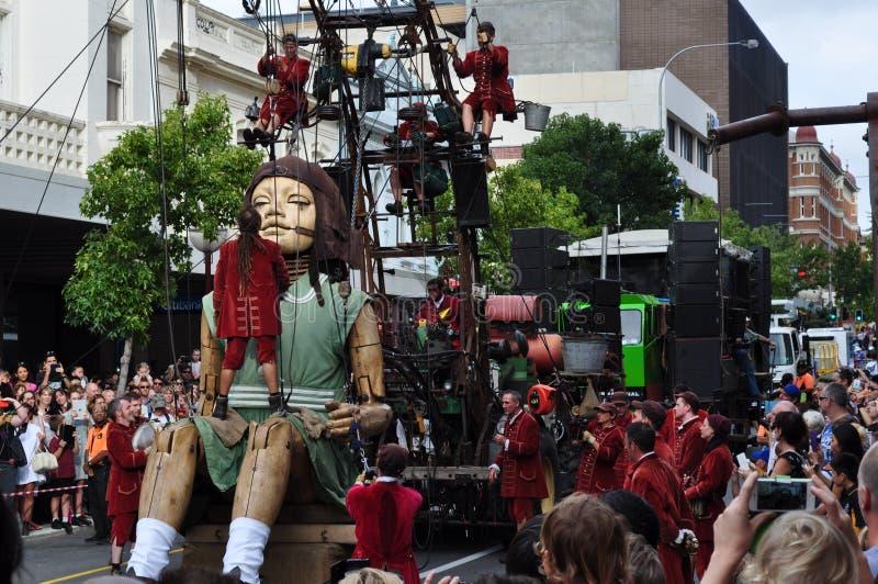 Le géant de petite fille dans l'Australie occidentale de rues de Perth avec Lillputians photo libre de droits