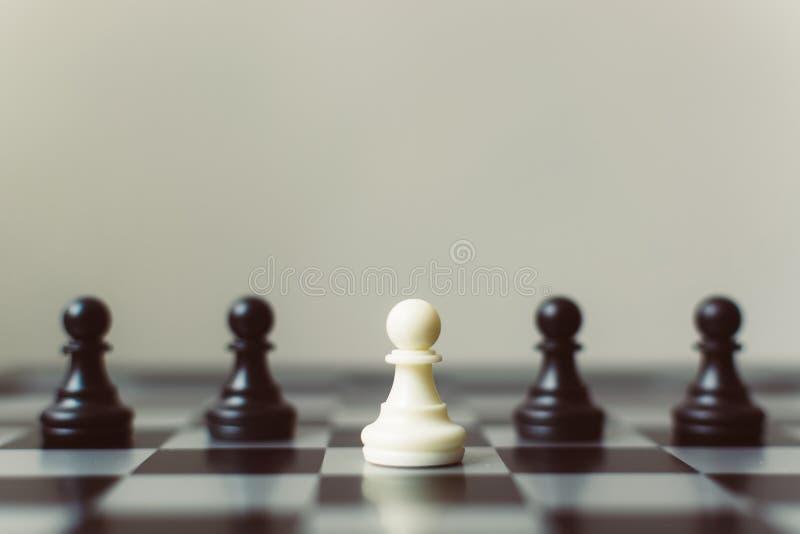 Le gage noir différent de gage blanc de jeu de société d'échecs, unique, pensent photos stock