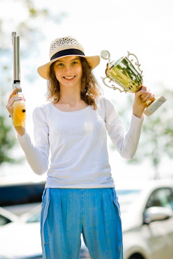 Le gagnant pose, tireuse de jeune fille de pistolet d'air 10 m?tres image stock