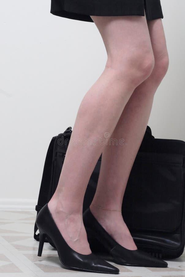 Le gambe della donna di affari immagine stock