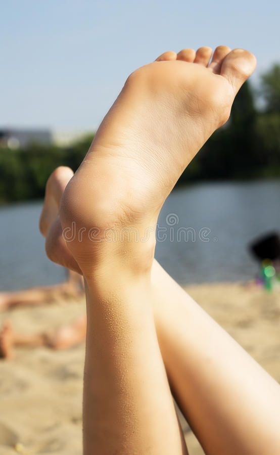 Download Le Gambe Delle Donne Sulla Spiaggia Immagine Stock - Immagine di svago, libero: 56891933