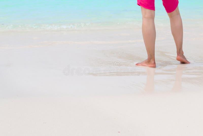 Le gambe equipaggiano sulla spiaggia fotografie stock libere da diritti