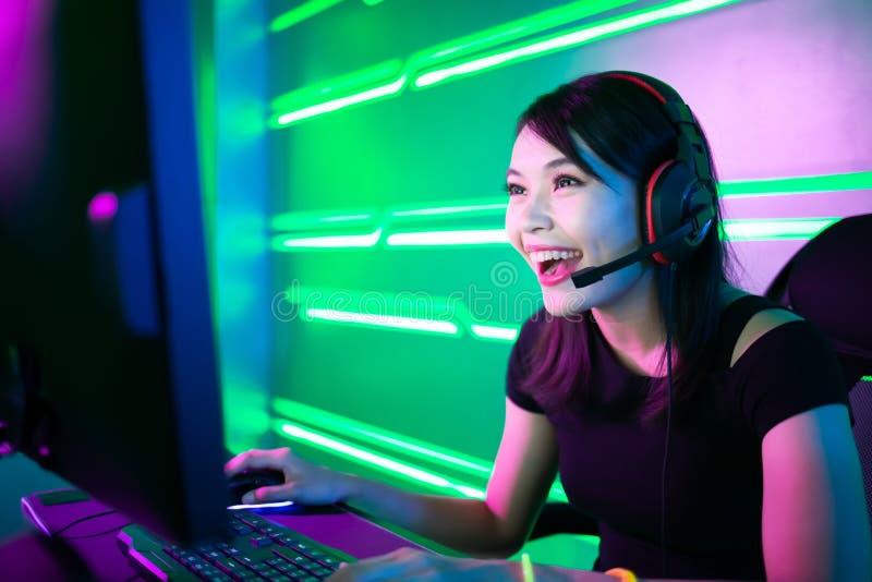 Le gamer de Cybersport ont le courant vivant image libre de droits