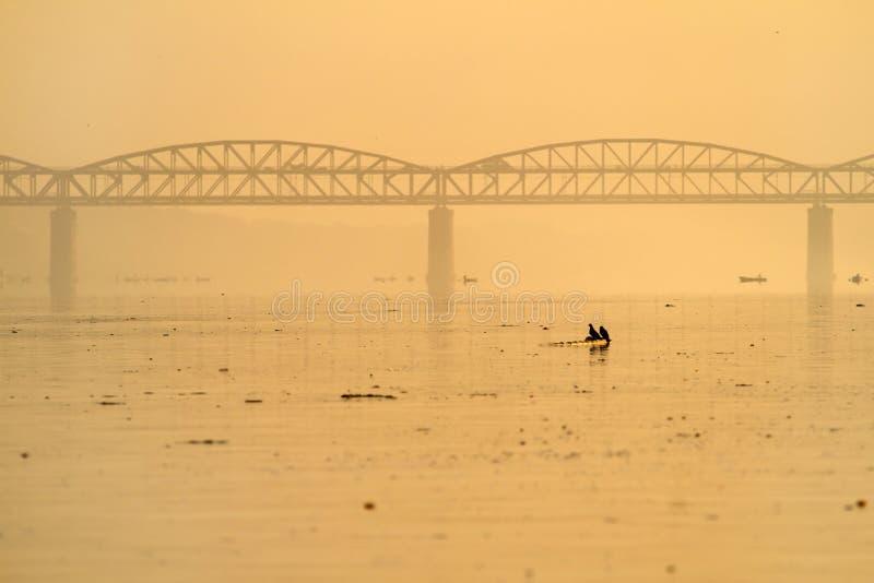Le Gange pollué à Varanasi images stock