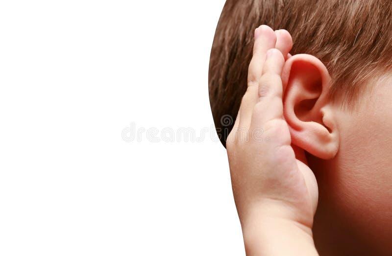 Le garçon écoute attentivement image stock