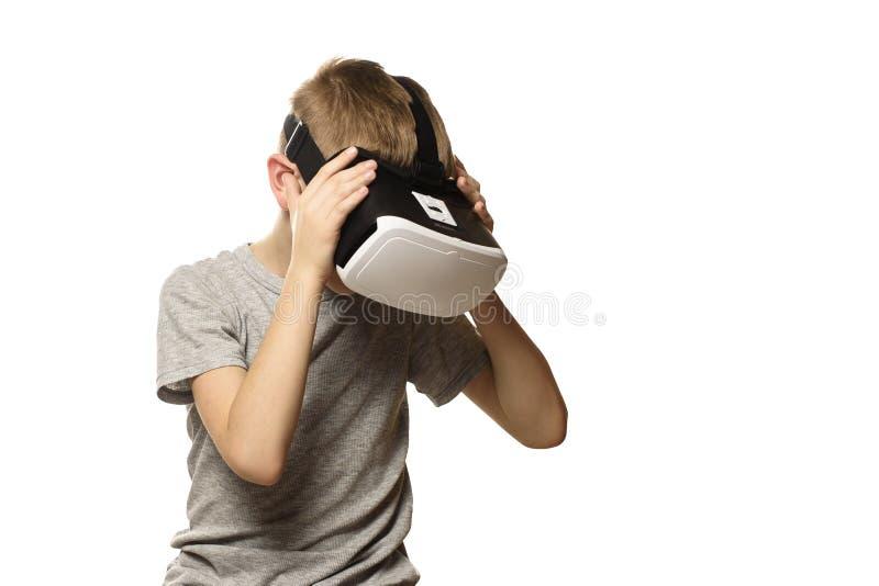 Le garçon éprouvant la tête de réalité virtuelle a cintré Isolat sur le fond blanc Concept de technologie photographie stock libre de droits