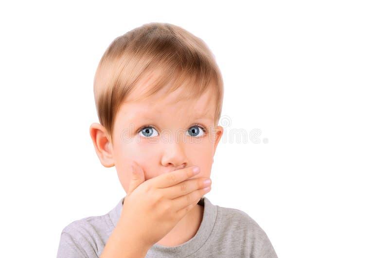 Le garçon 5 ans a fermé par la bouche de main photo libre de droits
