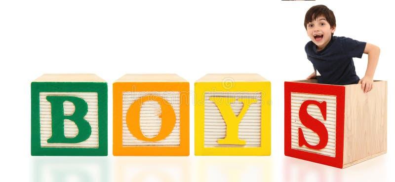 Le garçon avec l'alphabet bloque des GARÇONS photo libre de droits