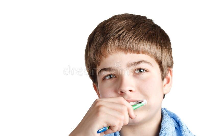 Le garçon avec une brosse à dents. photographie stock