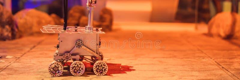 Le garçon commande le vagabond de jouet sur Mars Vol à la BANNIÈRE de concept de Mars, LONG FORMAT image stock