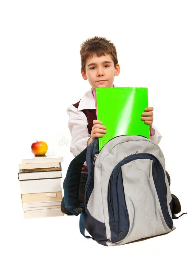 Le garçon d'étudiant disposent à effectuer le travail image libre de droits