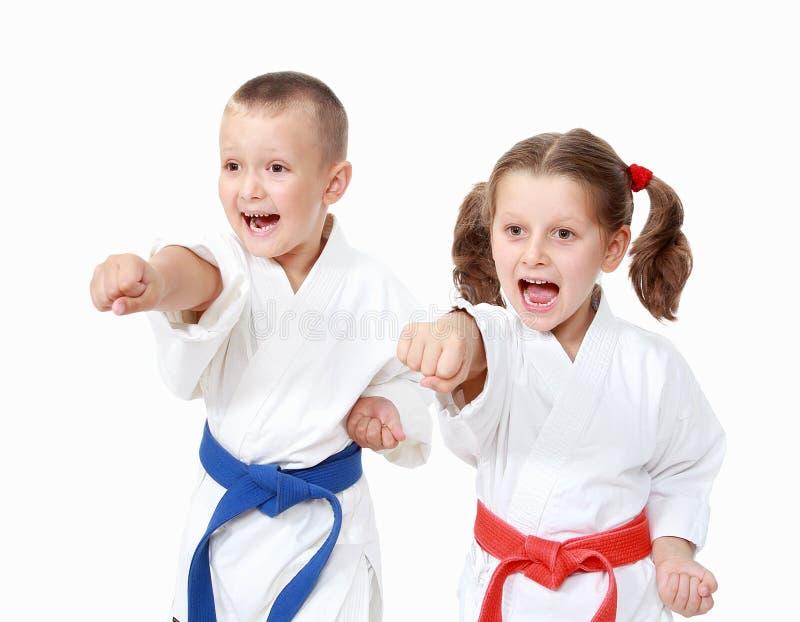 Le garçon d'athlètes et une fille ont battu un bras de poinçon sur un fond blanc photo stock
