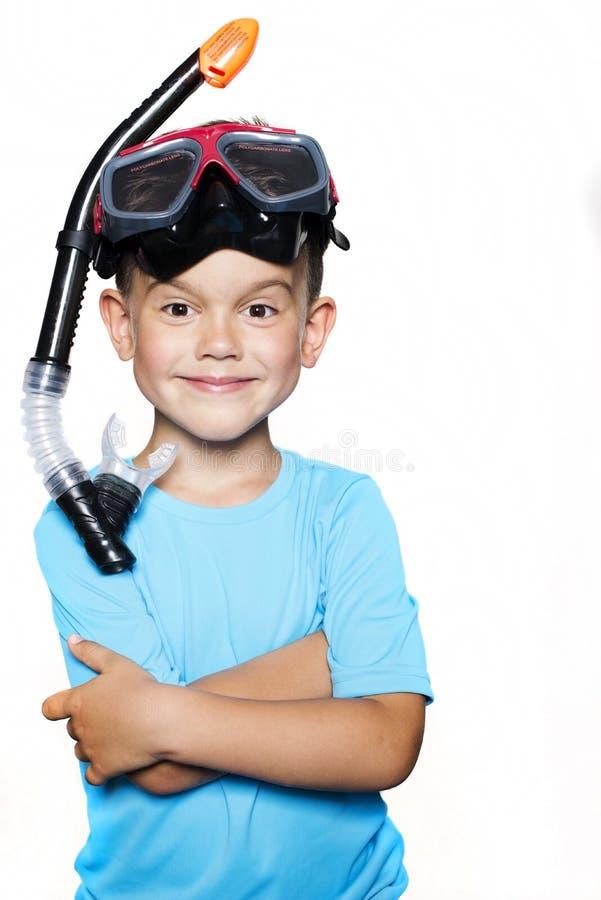Le garçon d'enfant en bas âge s'est habillé dans un T-shirt avec le masque UV de filtre et de scaphandre images stock