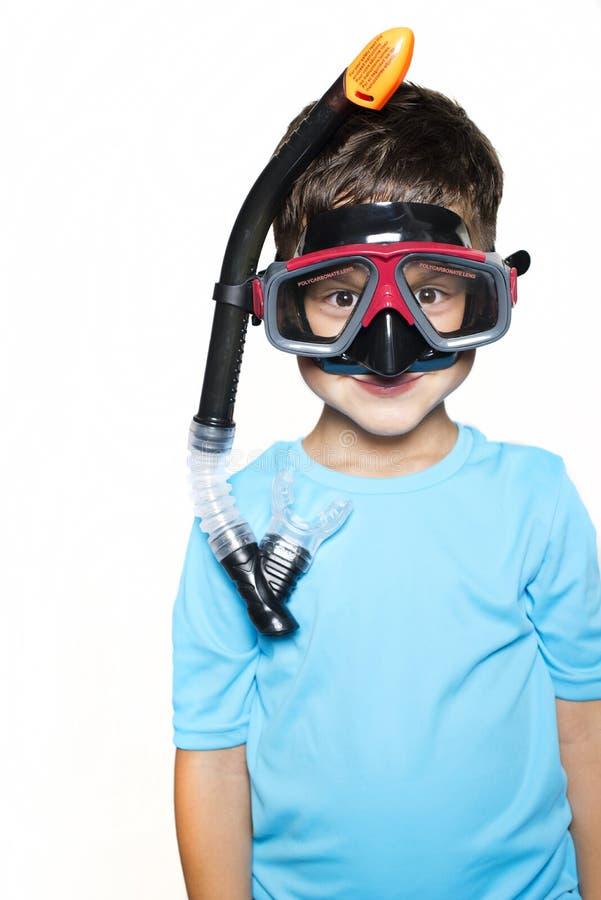 Le garçon d'enfant en bas âge s'est habillé dans un T-shirt avec le masque UV de filtre et de scaphandre photos libres de droits