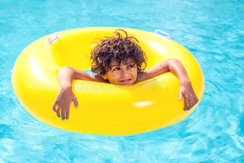 Le garçon d'enfant nage avec le cercle gonflable dans la piscine Concept d'enfants, d'été et de vacances photo libre de droits
