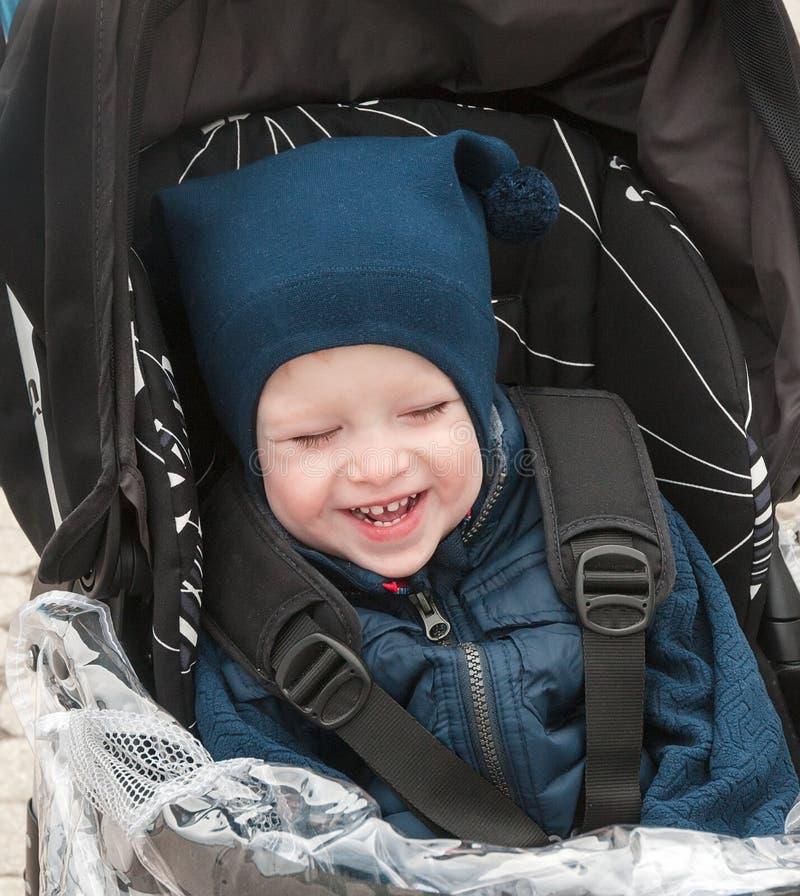 Le garçon dans la veste bleue chaude photographie stock
