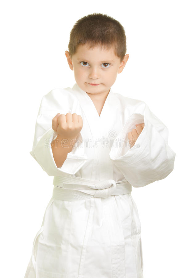 Le garçon de karaté effectue des poings photos libres de droits
