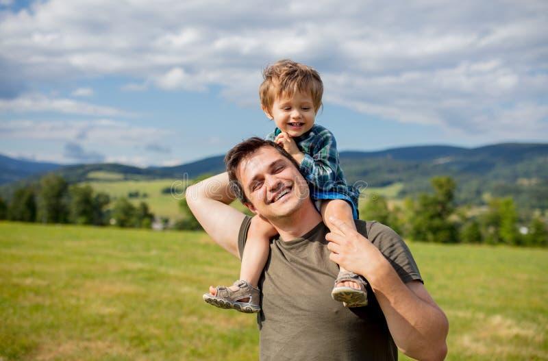 Le garçon de père et d'enfant en bas âge ont un amusement dans des montagnes photographie stock