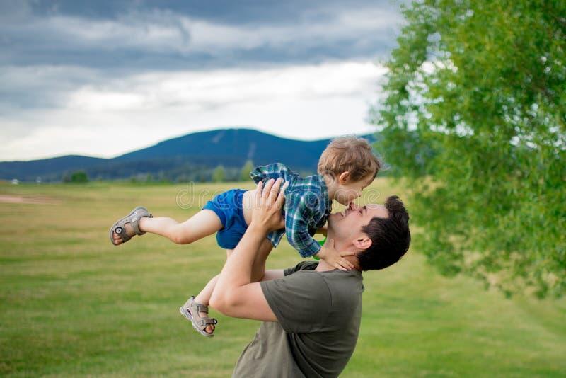Le garçon de père et d'enfant en bas âge ont un amusement dans des montagnes photo libre de droits