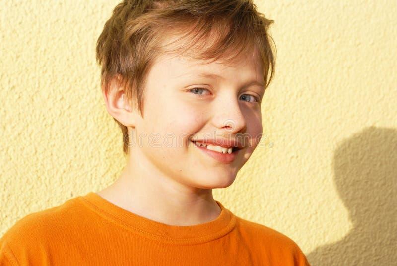 Le garçon de sourire de personne. photos libres de droits