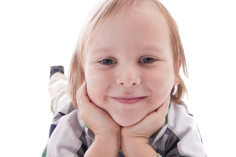 Le garçon de sourire est le TU proche l'appareil-photo photographie stock