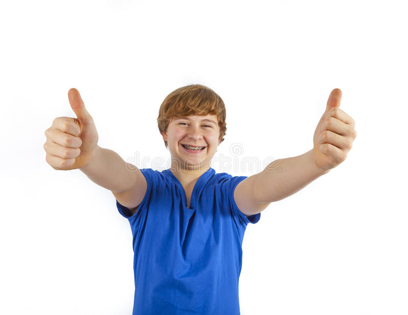 Le garçon de sourire montre des pouces vers le haut de signe images libres de droits