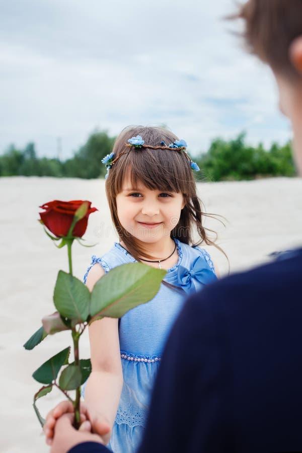 Download Le Garçon Donne Une Petite Fille S'est Levé Image stock - Image du nature, jardin: 56486547
