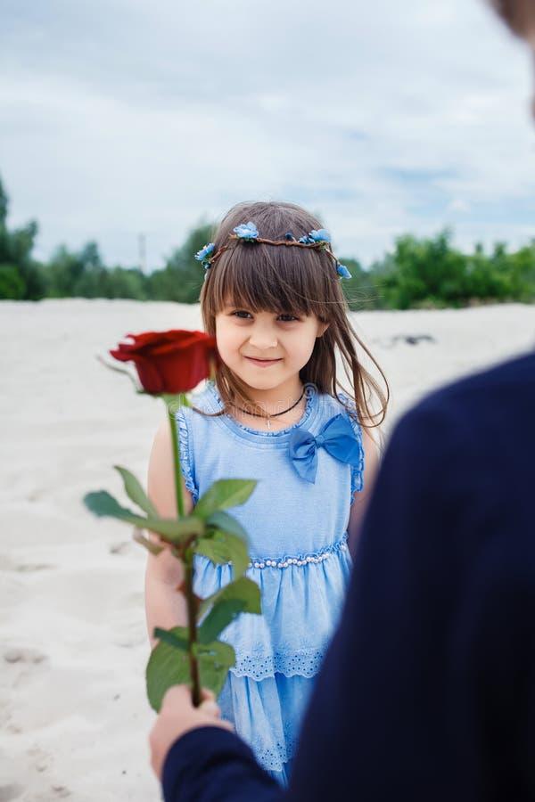 Download Le Garçon Donne Une Petite Fille S'est Levé Photo stock - Image du gosse, gentil: 56486562