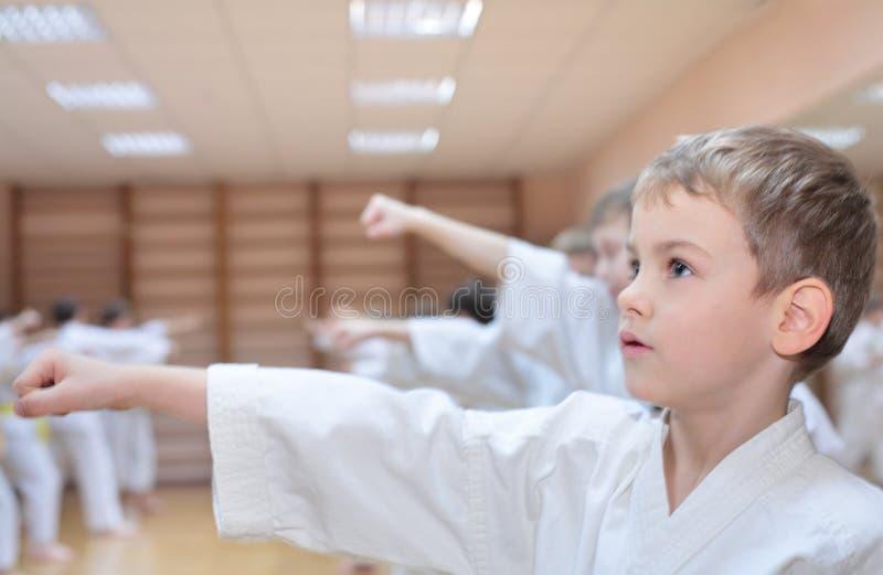 Le garçon est engagé dans le karaté photos libres de droits