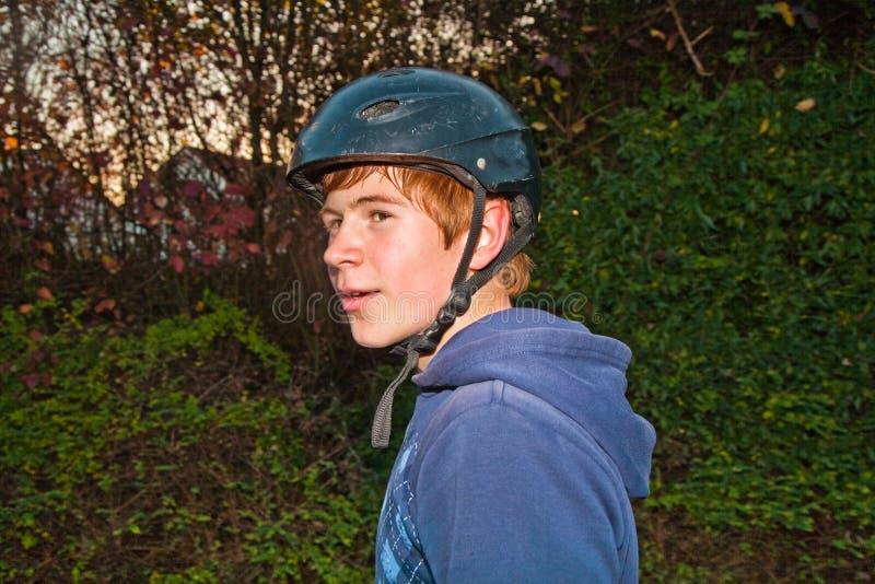 Le garçon est heureux et décontracté de faire du vélo photographie stock