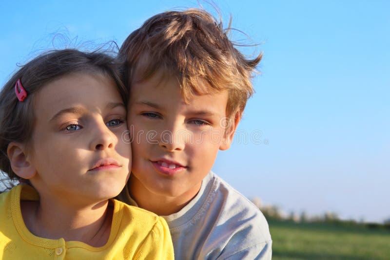 Le garçon et la fille sourient ensemble image libre de droits