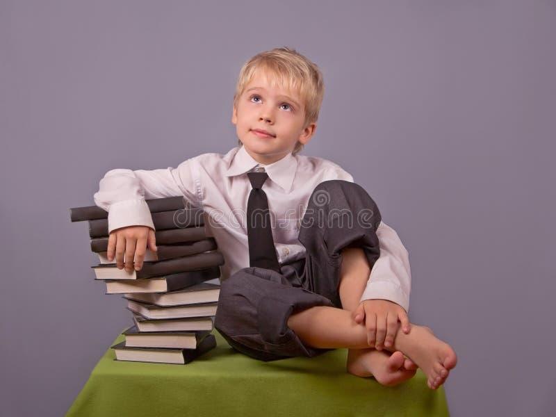 Le garçon et les livres. images libres de droits