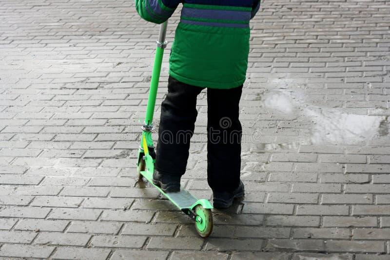 Le garçon et le scooter images libres de droits