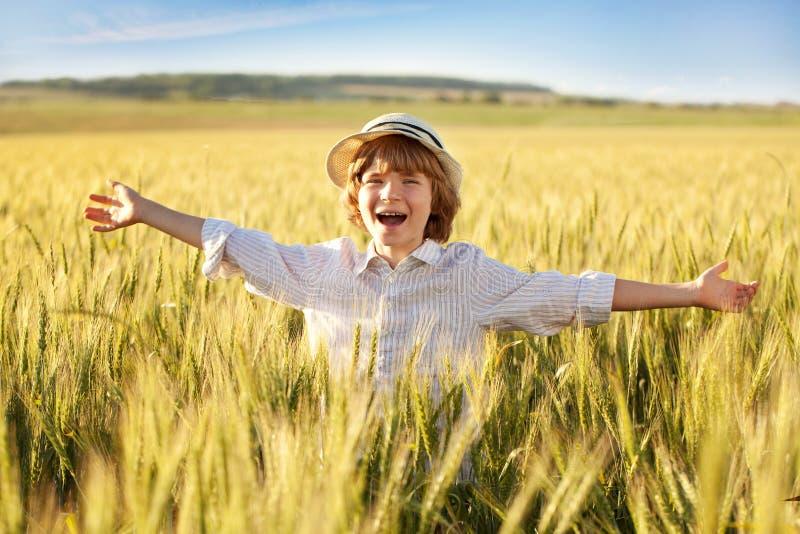 Le garçon exprime le plaisir photo libre de droits