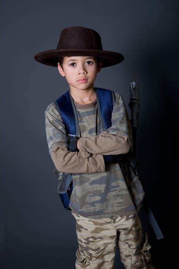 Le garçon feint pour être un aventurier image libre de droits