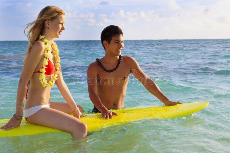 Le garçon hawaïen de plage enseigne surfer image stock