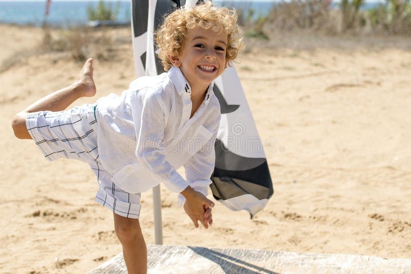 Le garçon heureux joue l'avion de vol images libres de droits
