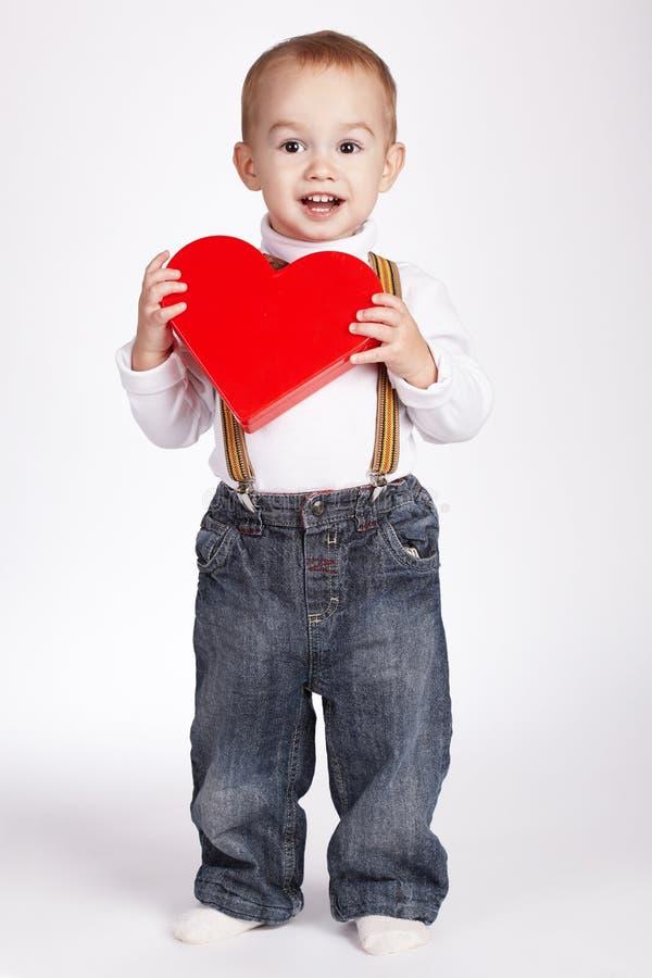 Download Le Garçon Heureux Tient Le Coeur Dans Des Mains Image stock - Image du beau, attrayant: 45352687