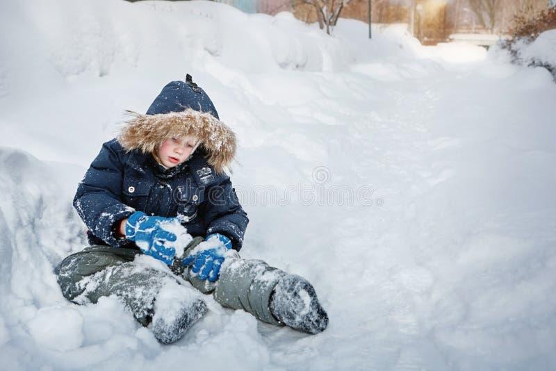 Le garçon joue dans la neige Jour d'hiver photographie stock libre de droits