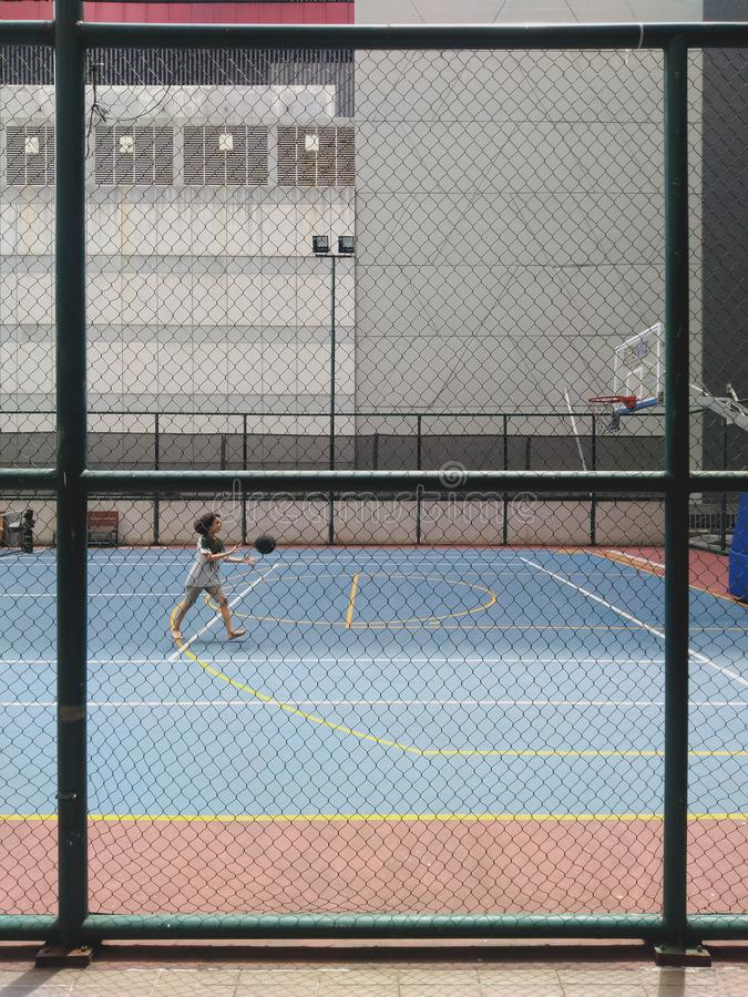 le garçon joue la couleur de cru de basket-ball et le chaud pour l'affiche ou la brochure photographie stock