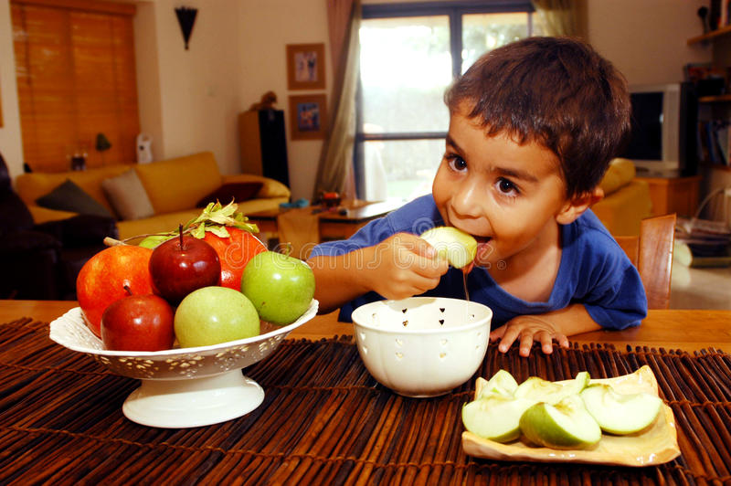 Le garçon juif mange Apple en miel image libre de droits