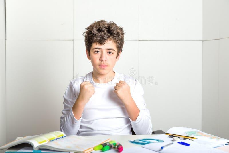 Le garçon lisse-pelé jeune par Caucasien sur le travail fait des ges de succès photographie stock libre de droits