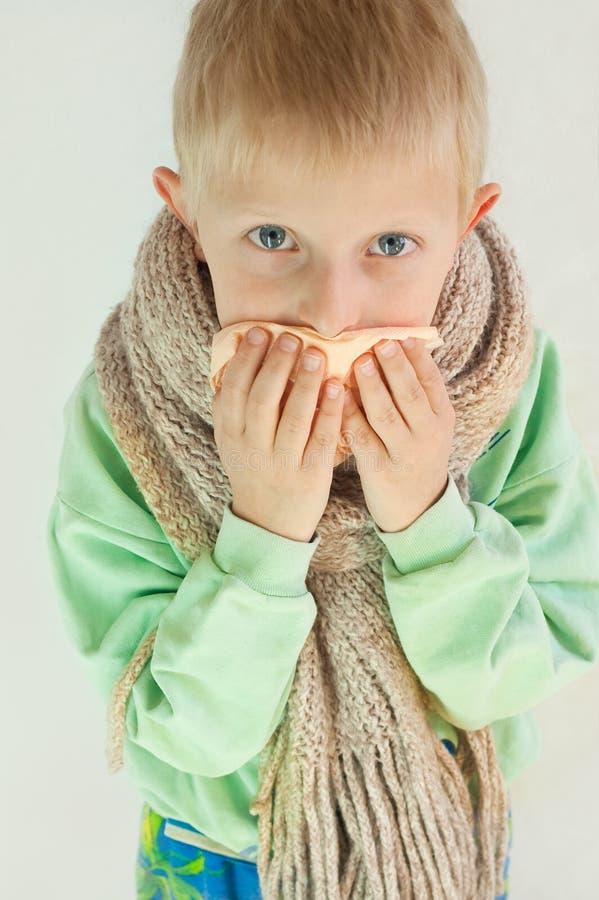 Le garçon malade photo stock