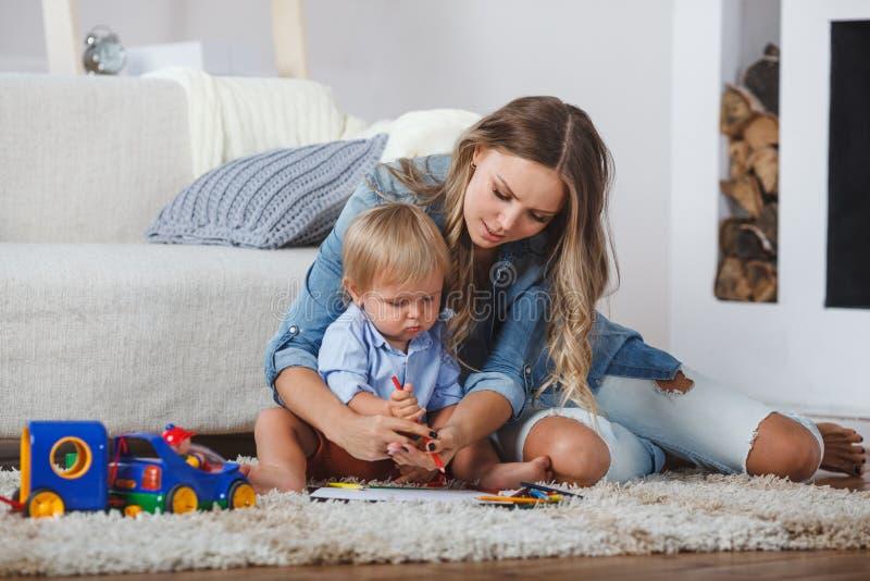 Le garçon mignon de mère et d'enfant jouent ensemble à l'intérieur à la maison images libres de droits