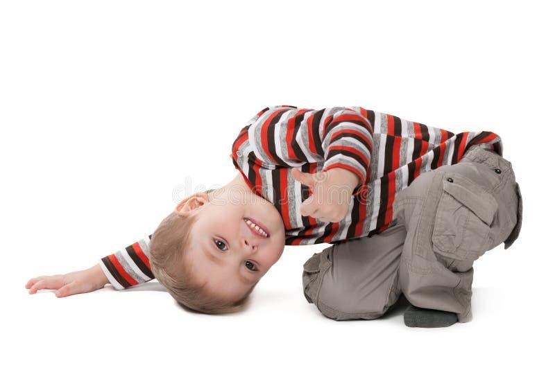 Le garçon mignon montre son pouce  photographie stock libre de droits