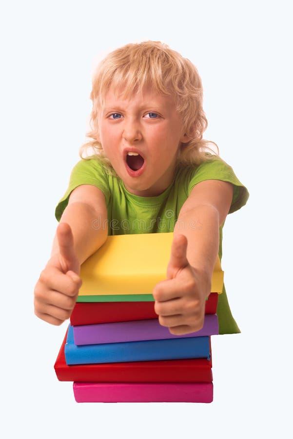 Le garçon mignon tient le livre - concept d'éducation images libres de droits