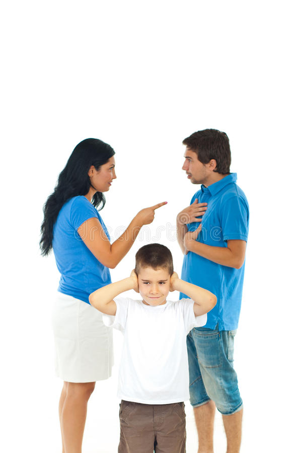 Le garçon ne veulent pas entendre des parents être en conflit photo stock