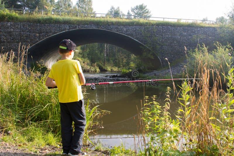 Le garçon pêche photo stock