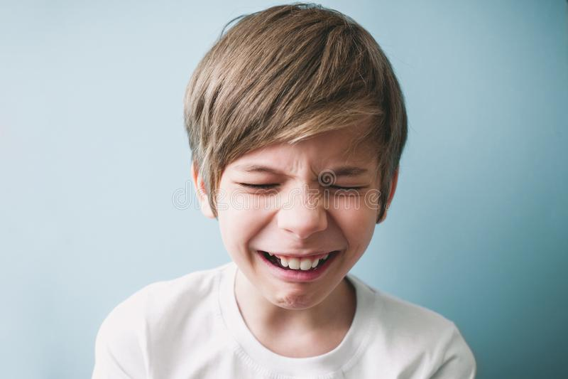 Le garçon pleure photo stock